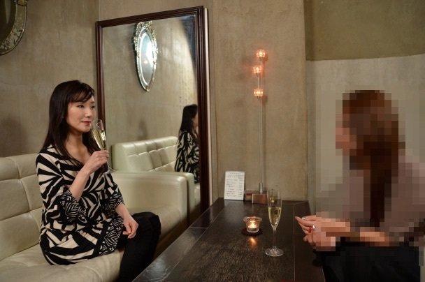 婚活のアドバイスをする川崎貴子と相談する30代女子